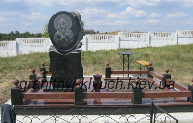 Мемориальный комплекс из двух видов гранитов Ключи памятники на надгробие заказать барановичи цены
