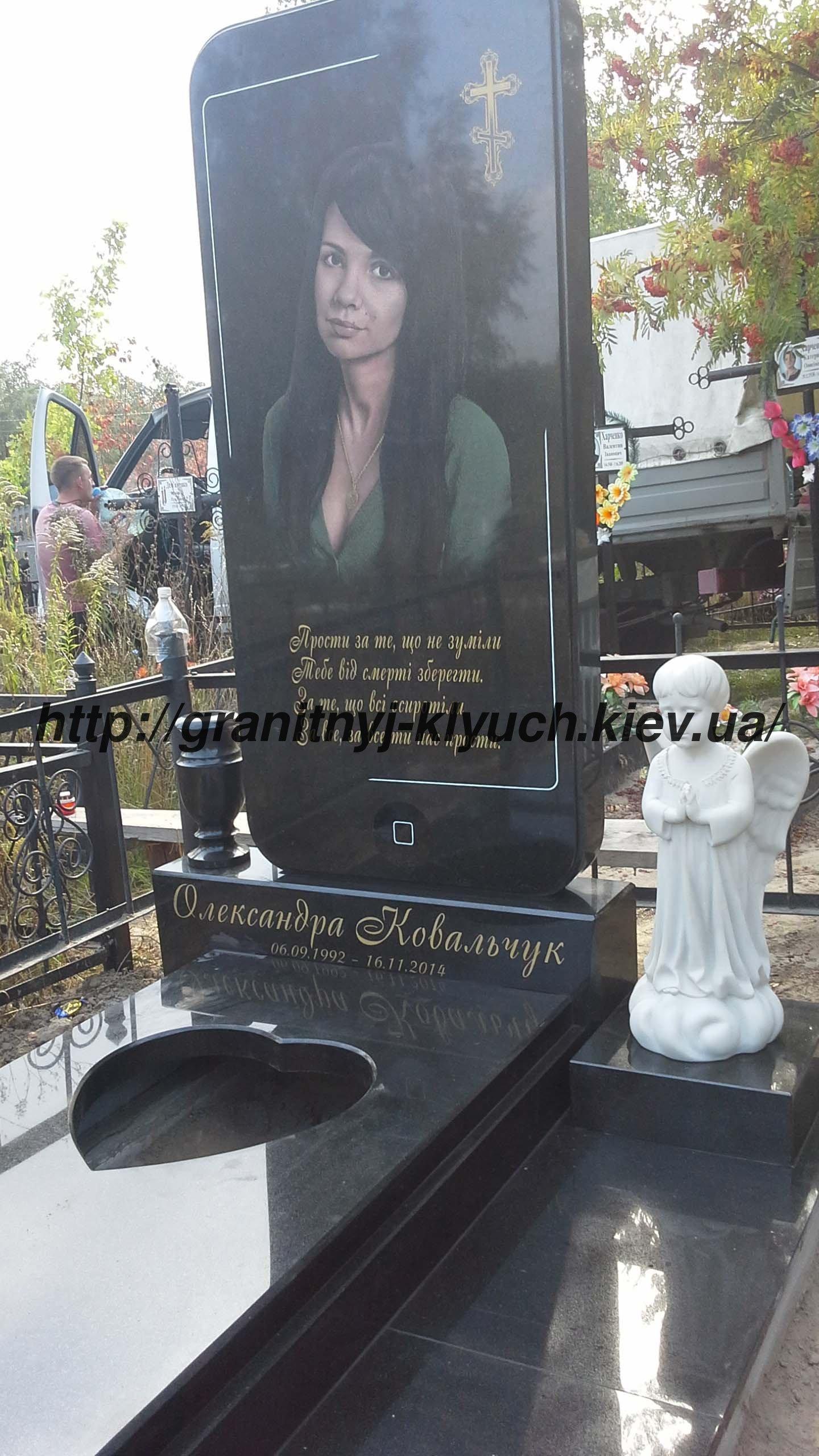 Девушка на надгробье фото